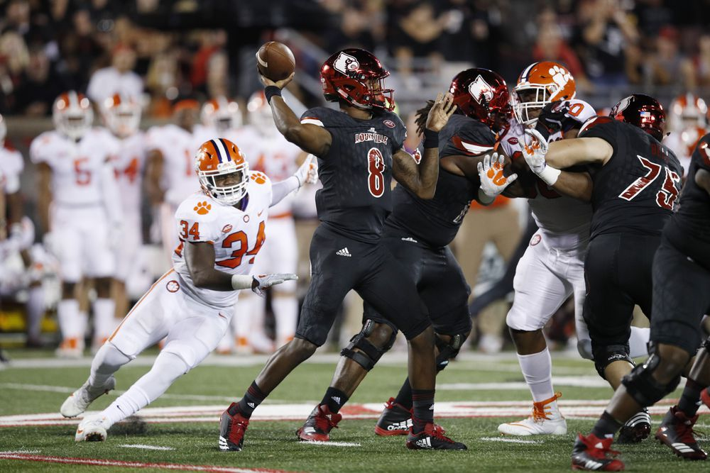 LOUISVILLE, KY:  Louisville Cardinals quarterback Lamar Jackson (8) prepares to throw against the Clemson Tigers defense at Papa John's Cardinal Stadium.