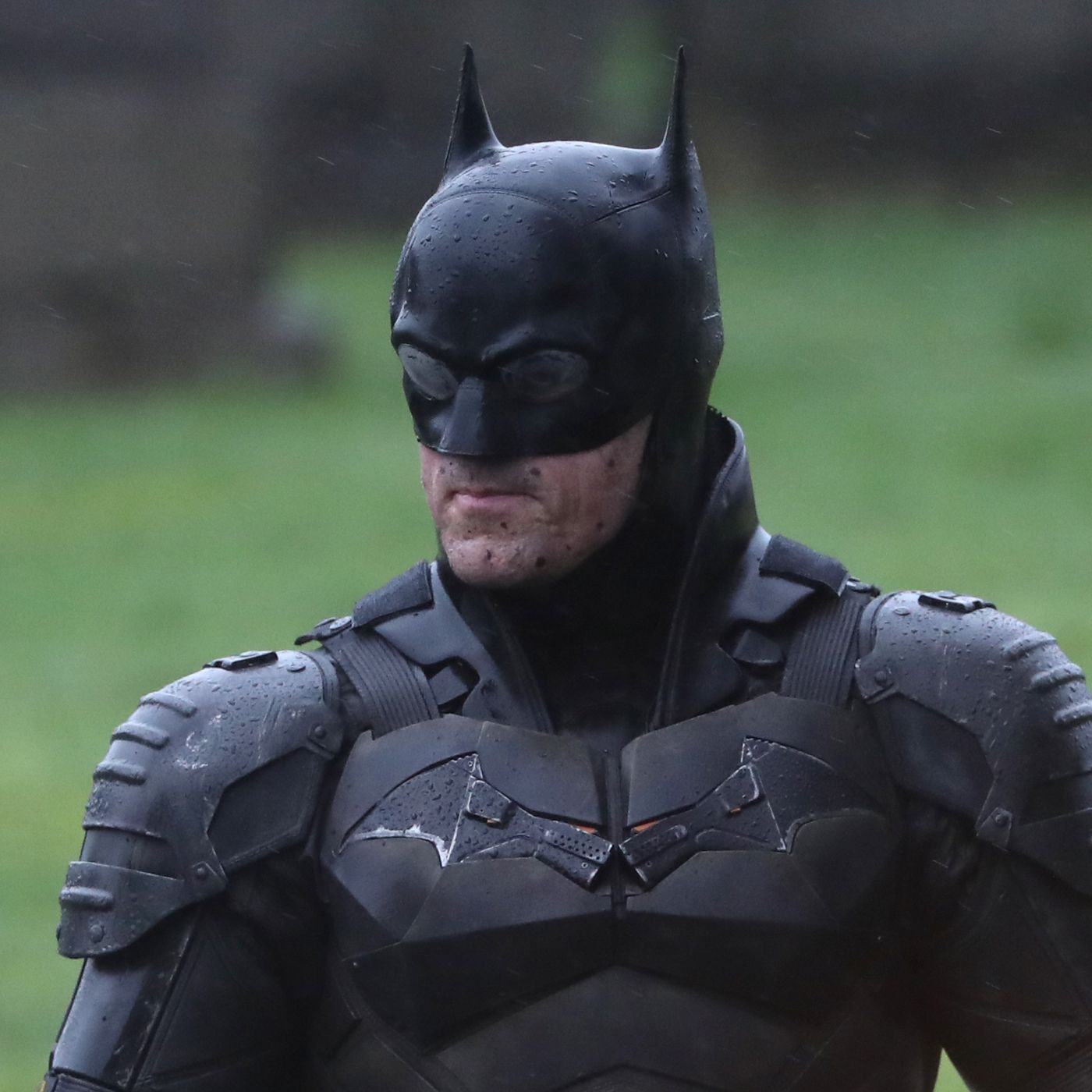 The Batman set photos reveal Pattinson's full costume and Bat-bike ...