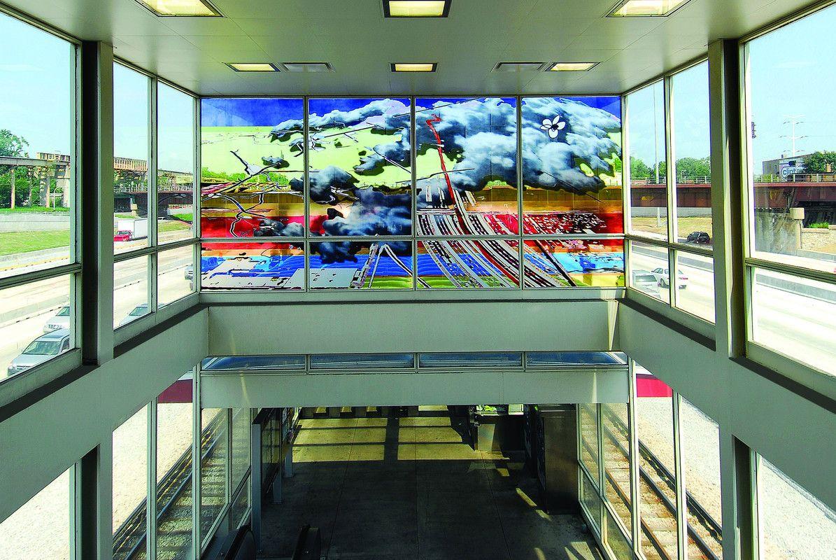 """El CTA puede ser bastante sucio, pero también alberga obras de arte asombrosas.  El recuento más reciente muestra 72 obras de arte público en 61 ubicaciones de CTA.  Otras 13 estaciones de tránsito tenían obras de arte temporales.  Esta obra, """"Una línea roja y una nube"""" de Sabina Ott, se completó en 2007 en la estación L de la línea roja de la calle 63 de la CTA."""
