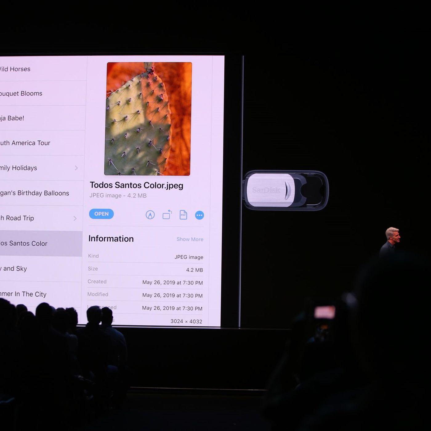 SanDisk 128GB iXpand Flash Drive Go - Apple