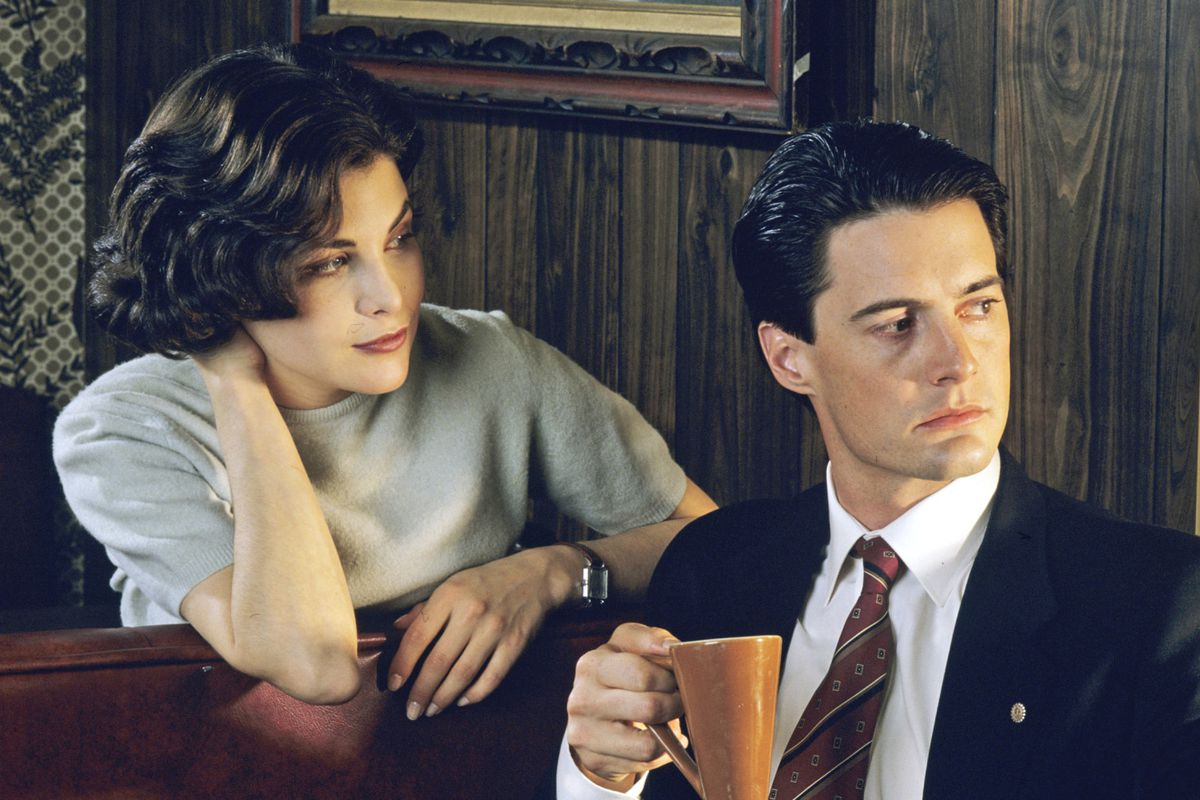 Agent Dale Cooper (Kyle MacLachlan) and Audrey Horne (Sherilyn Fenn) look out the window of the Double R diner in a screenshot from Twin Peaks