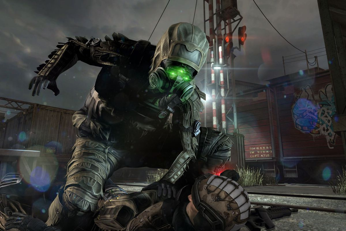 Splinter Cell Blacklist - Sam Fisher infiltrates a base in stealth gear.