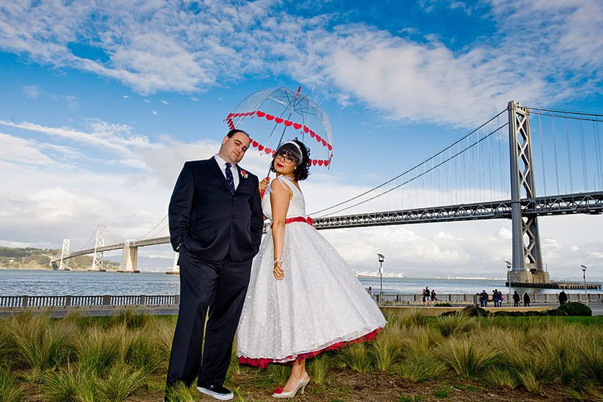 """Image via <a href=""""http://www.onewed.com/photos/show/retro-bride-and-groom-pose-outside-in-front-of-san-fran-golden-gate-bridge"""">OneWed</a>"""