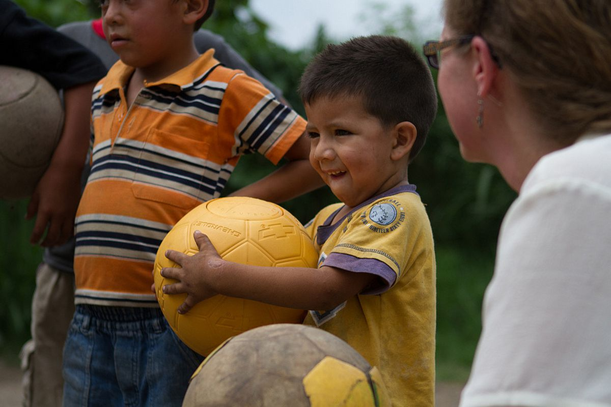 """via <a href=""""http://www.oneworldfutbol.com/wp-content/uploads/2012/06/elsalvadorBoy.jpg"""">www.oneworldfutbol.com</a>"""