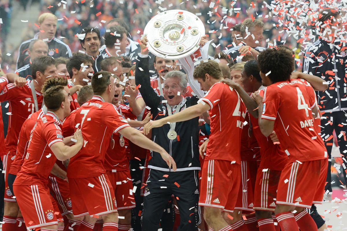 (GERMANY OUT) Fussball, Saison 2012-2013, 1. Bundesliga, 33. Spieltag, FC Bayern München - FC Augsburg, Trainer Jupp Heynckes (Bayern München) mit der Meisterschale, die Spieler feiern ihren Trainer. links Bastian Schweinsteiger (Bayern München) und Franck Ribery (Bayern München)