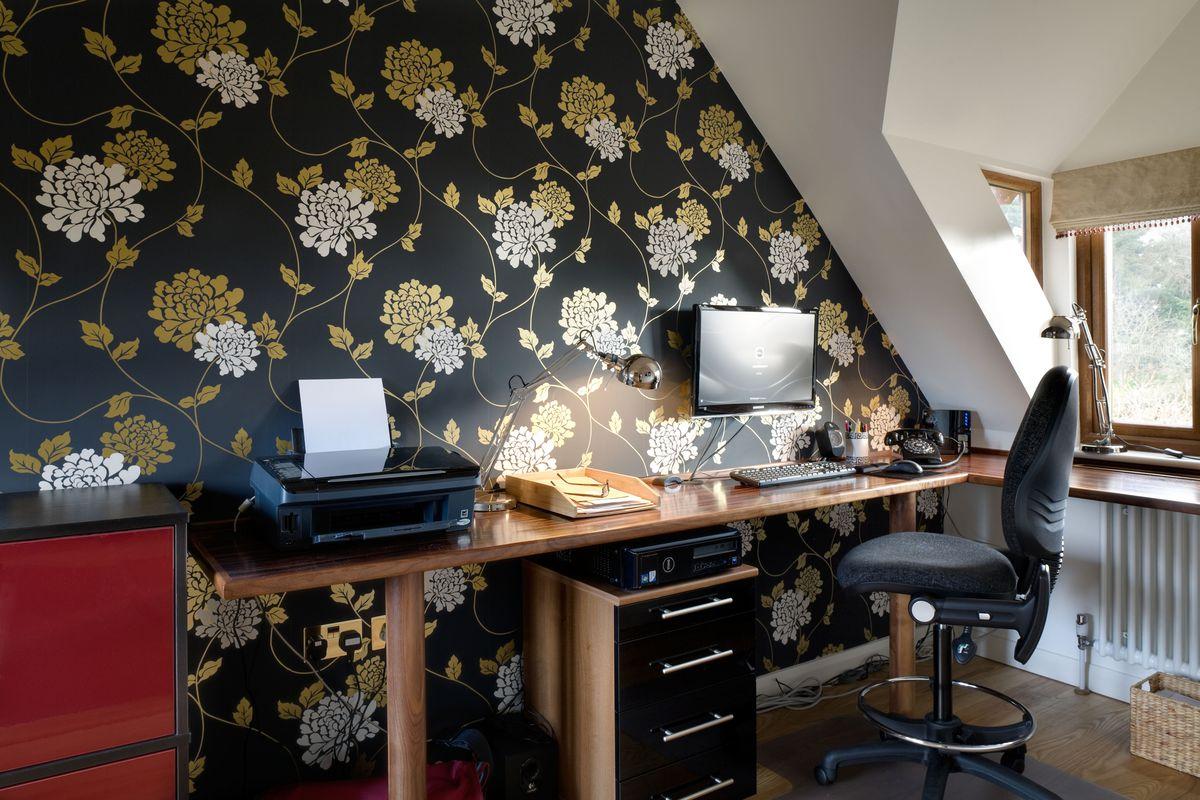 pequeno escritório doméstico, papel de parede em negrito