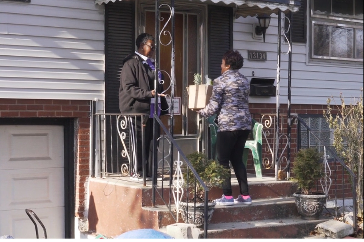 Stacey Minor, CEO of Sweet Potato Patch, delivers produce to Riverdale resident Deloris Lucas. The American Heart Association is funding Minor's meal deliveries to senior citizens in seven South Side neighborhoods during the coronavirus pandemic.