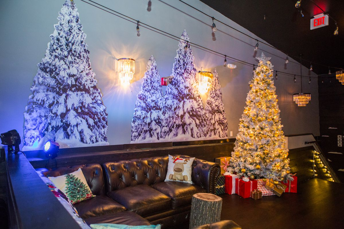 The ski lodge room at Miracle on 5th Street