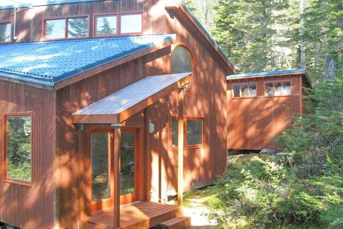 Off grid alaskan cabin with 560 feet of ocean frontage for Alaska cabin builders