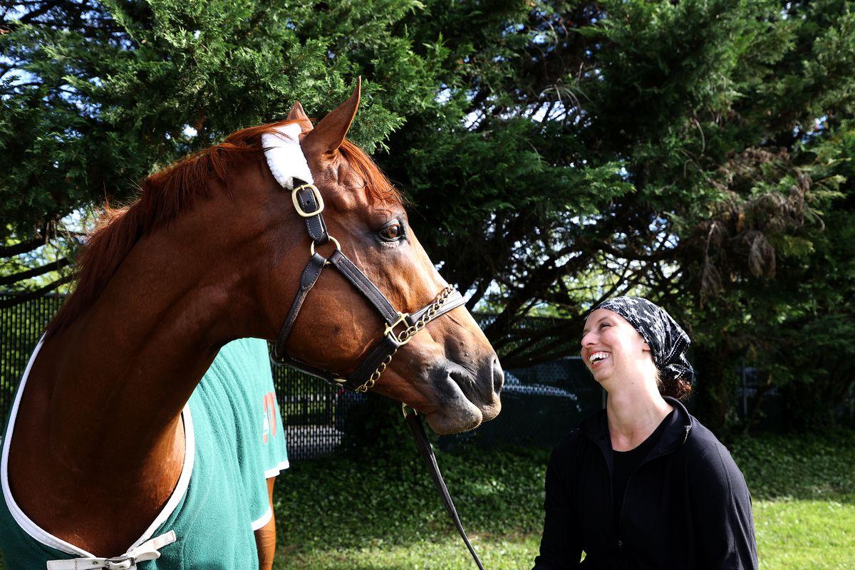练习骑士翡翠玉宁汉队在马里兰州巴尔的摩三5月12日的Pimlico赛道举办的即将到来的Pimlico Race课程的培训课程之外举行了谷仓外的养护人员。