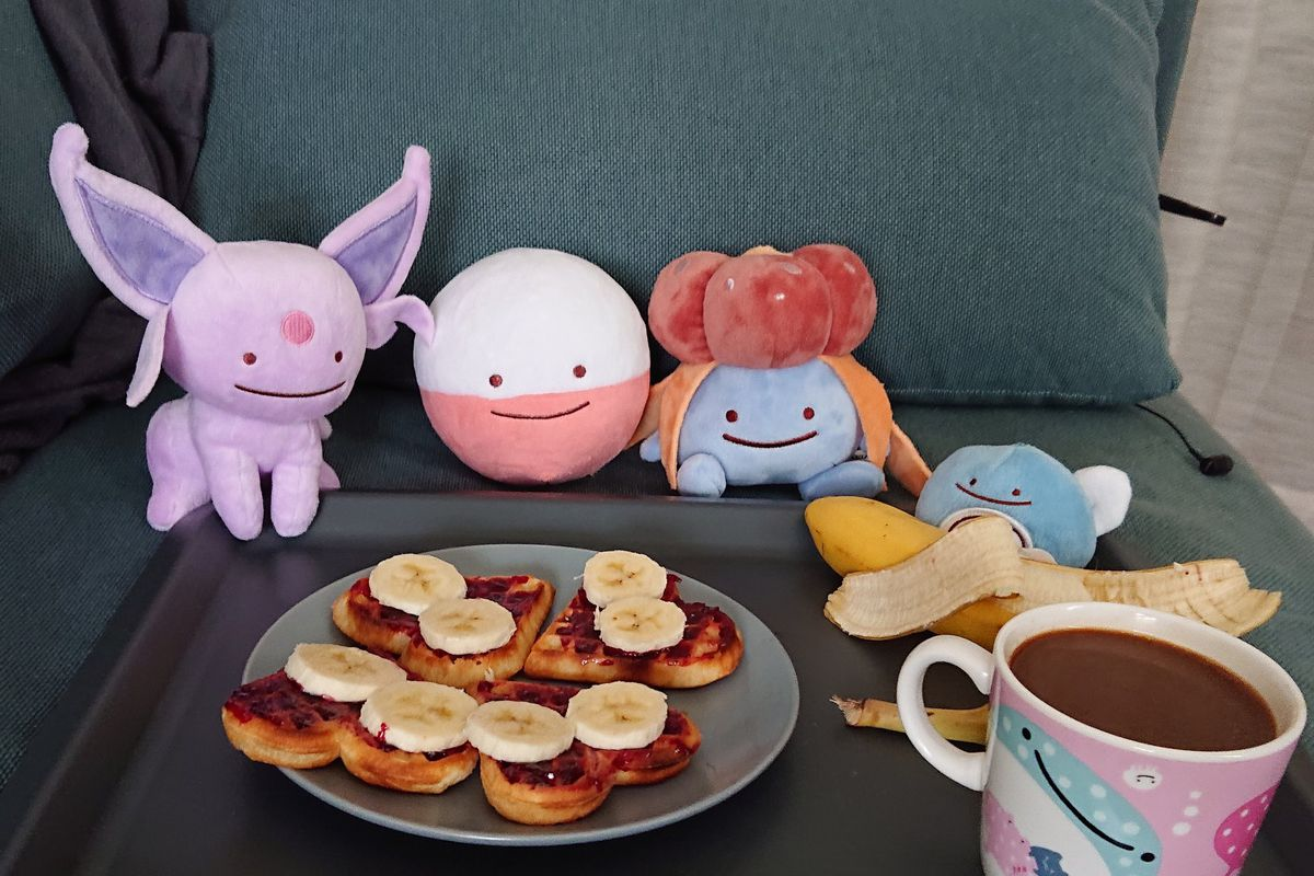 Ditto as Electrode, Gloom, Espeon and Poliwag enjoying a nutritious breakfast.