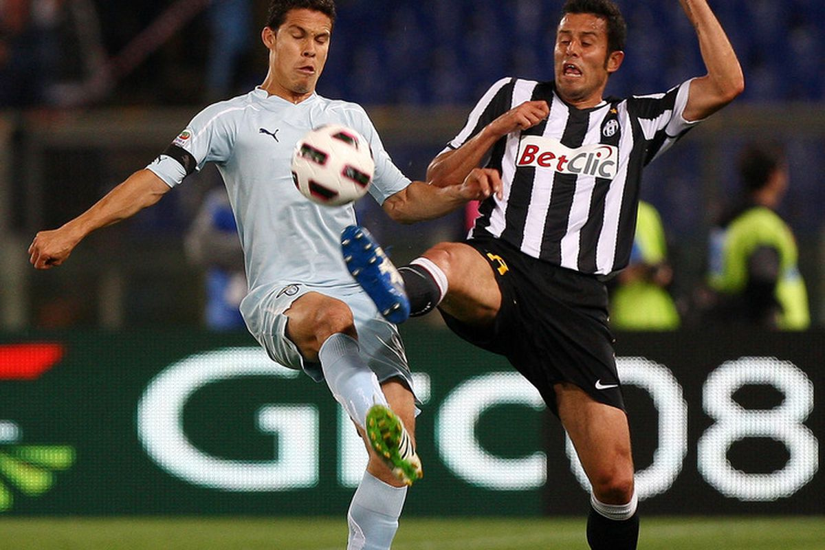 ROME, ITALY - MAY 02:  Hernanes (L) of SS Lazio competes for the ball with Fabio Grosso of Juventus FC during the Serie A match between SS Lazio and Juventus FC at Stadio Olimpico on May 2, 2011 in Rome, Italy.  (Photo by Paolo Bruno/Getty Images)