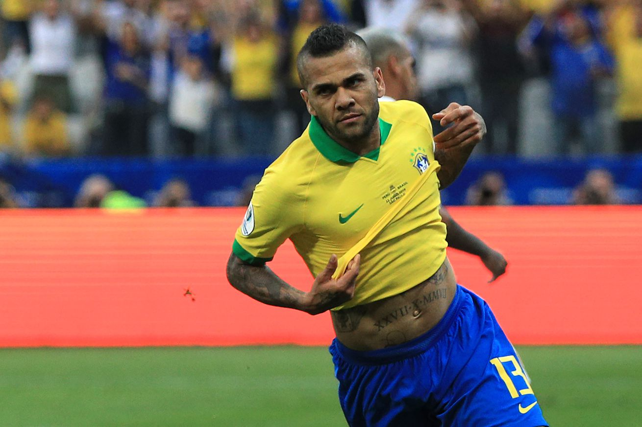 Dani Alves announces PSG departure, already linked to Barcelona