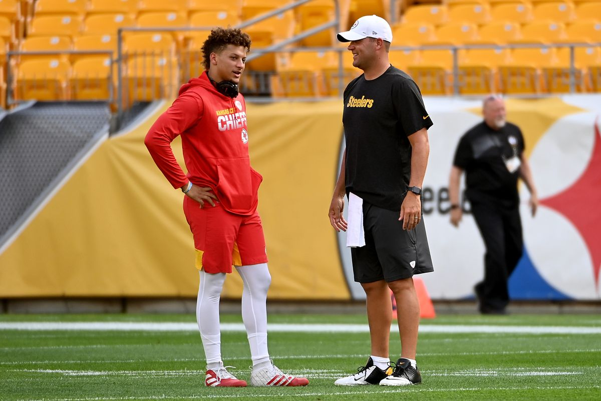 Patrick Mahomes #15 of the Kansas City Chiefs talks with Ben Roethlisberger #7 of the Pittsburgh Steelers before a preseason game at Heinz Field on August 17, 2019 in Pittsburgh, Pennsylvania.
