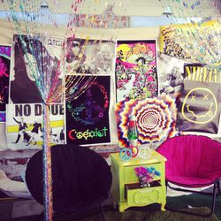 This photo booth transported guests to a '90s teenager's bedroom