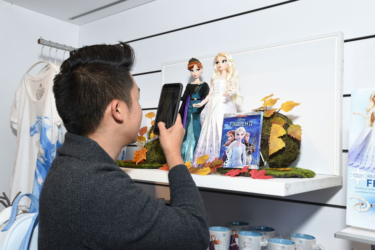 """Disney Collaborates With FIDM For A Disney """"Frozen 2"""" Window Display"""