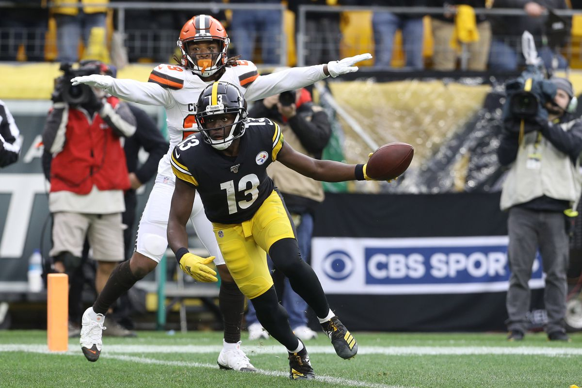 Cleveland Browns defensive back Sheldrick Redwine and Pittsburgh Steelers wide receiver James Washington react to touchdown catch by Washington during the second quarter at Heinz Field.
