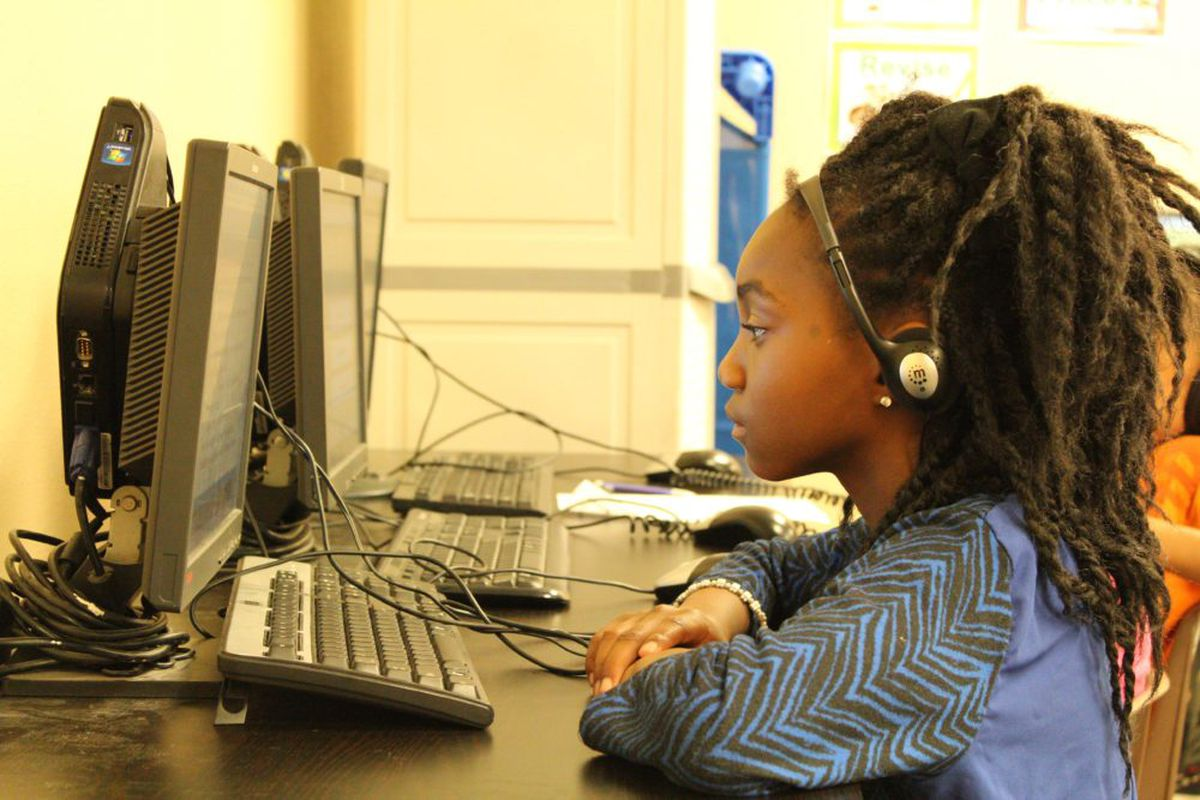 A HOPE Online student works during the day at an Aurora learning center. (Photo by Nicholas Garcia, Chalkbeat)