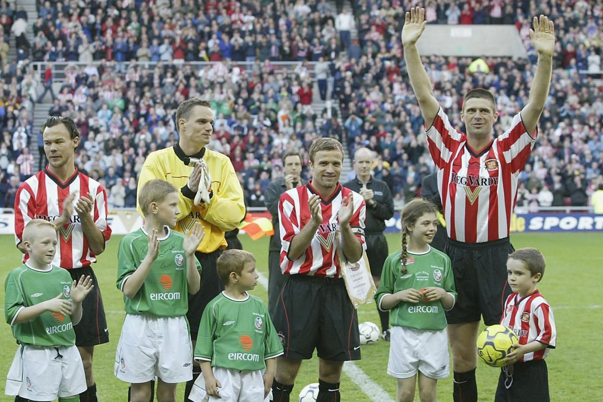 Niall Quinn waves to the fans