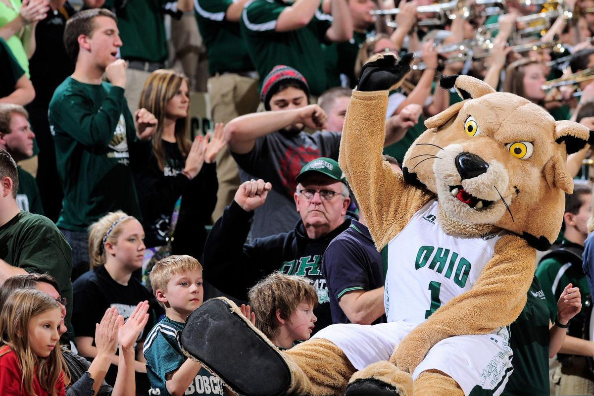 Rufus with the crowd vs Cleveland State 3/19/2014 (Michael Pronzato, Ohio Athletics)