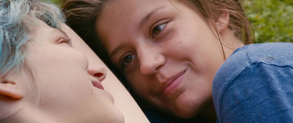 Emma (Léa Seydoux) and Adèle (Adèle Exarchopoulos) smile at each other