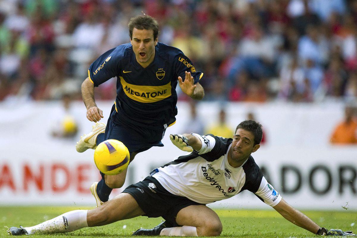 Rodrigo Palacio (L) of Argentinian Boca