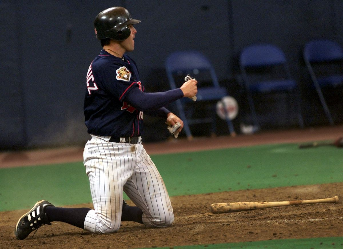 GENERAL INFORMATION: Minneapolis, MN - The Twins defeat the Kansas City Royals at the Metrodome. IN THIS PHOTO: MinnesotaÕs Doug Mientkiewicz pumps his fist after scoring the run that put the Twins ahead of the Kansas City Royals 4-3 during the eig