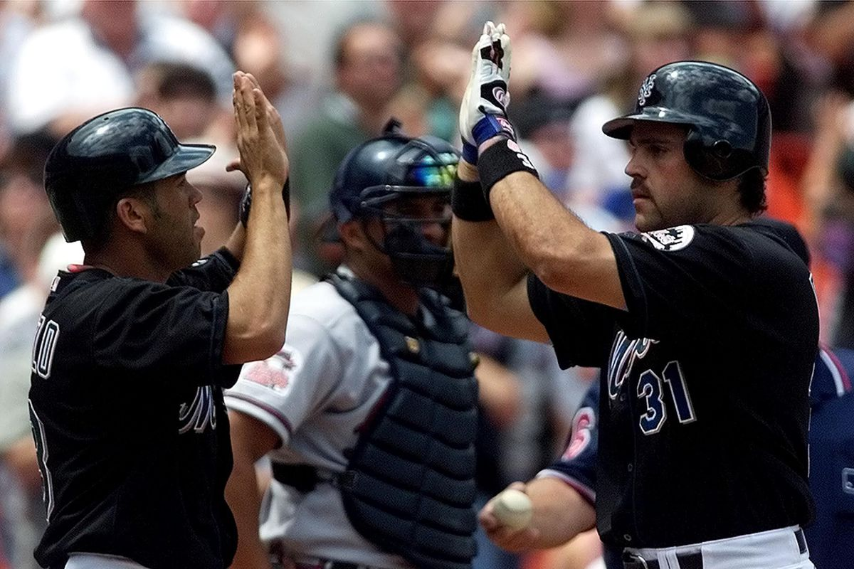 New York mets catcher Mike Piazza (R) is congratul