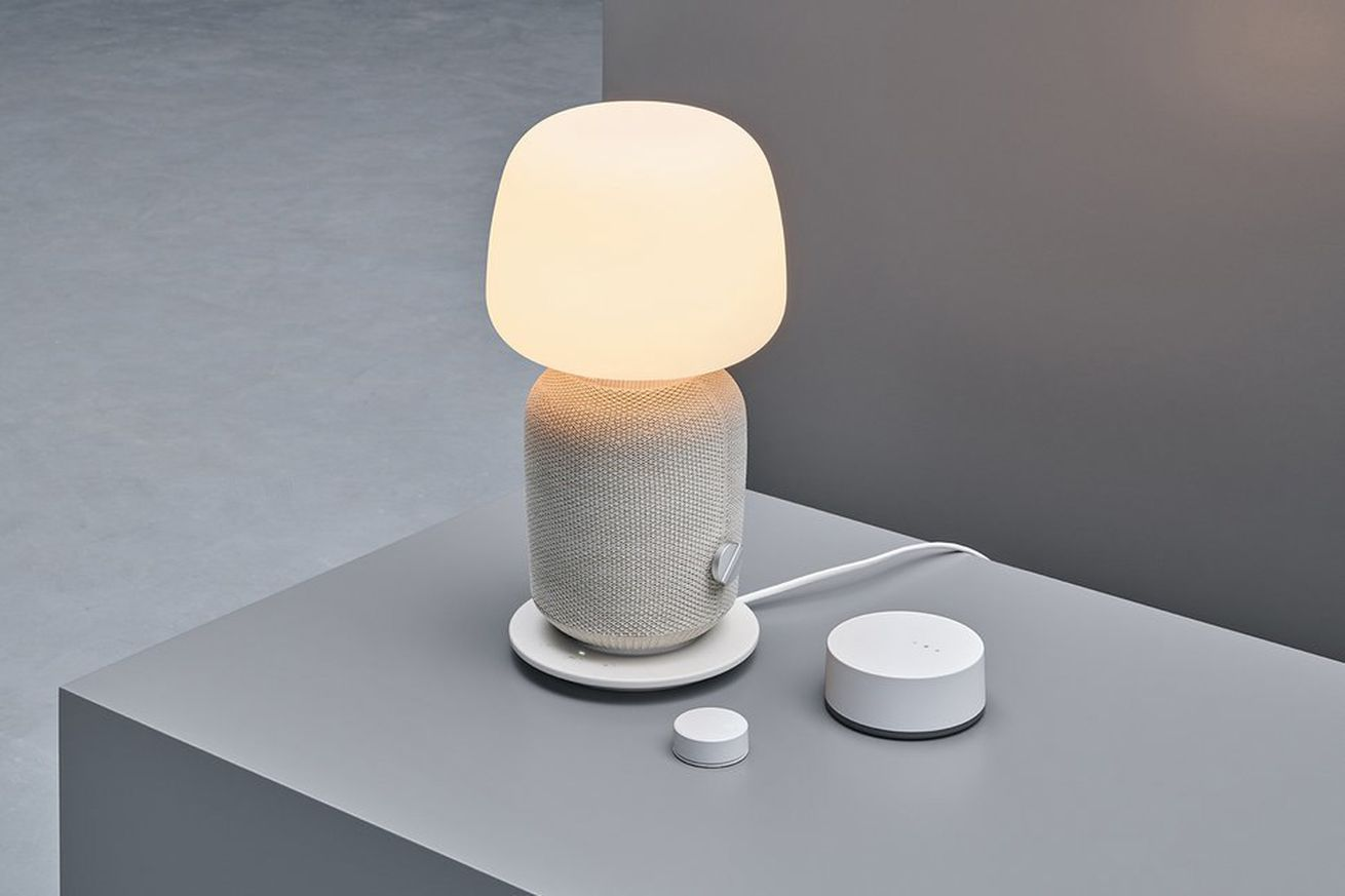 <em>The tiny Sound Remote next to the larger TRÅDFRI gateway and Symfonisk table lamp.</em>