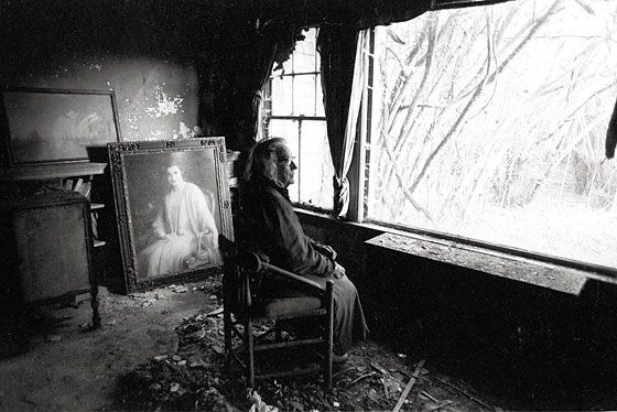 Edith E Sits In Front Of Her Portrait At Grey Gardens 1971 Harry Benson Via Nymag