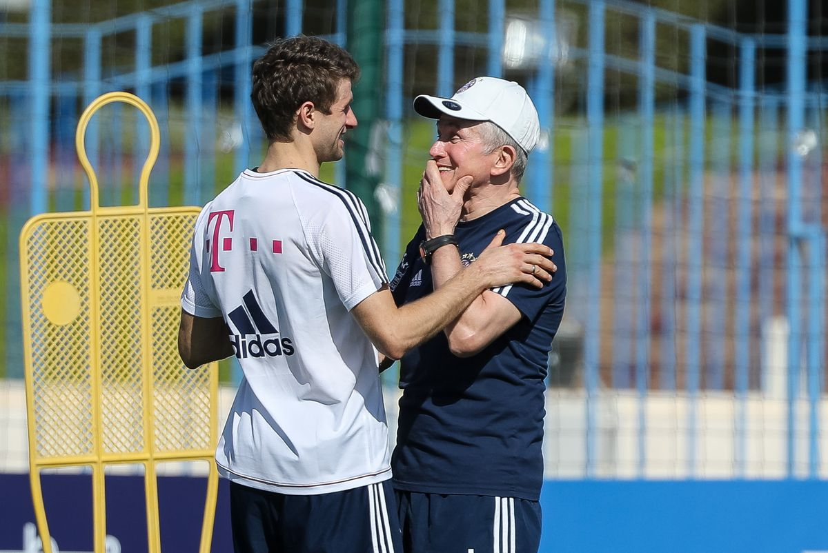 DOHA, QATAR - JANUARY 03: Thomas Mueller of Muenchen speaks with Head coach Jupp Heynckes of Muenchen during the FC Bayern Muenchen training camp at Aspire Academy on January 03, 2018 in Doha, Qatar.