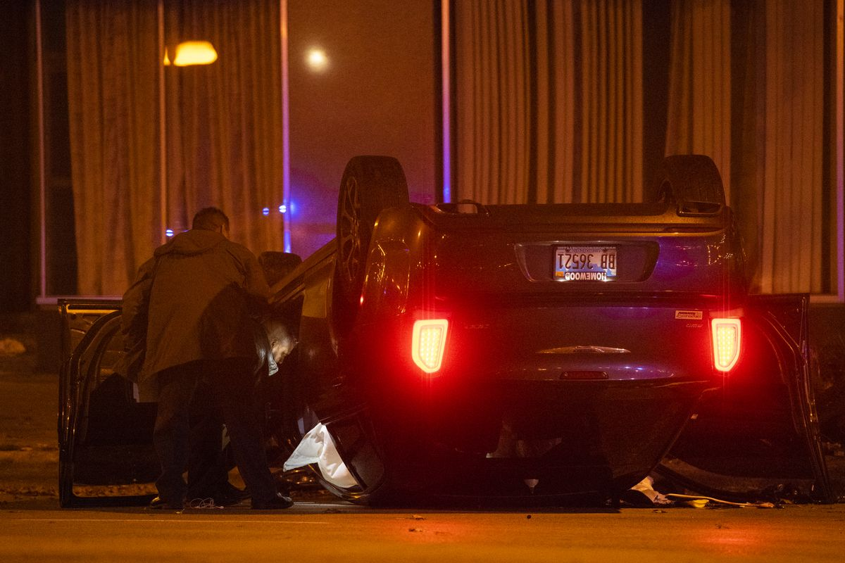 Chicago police investigate a scene where four people were shot Monday morning in the 500 block of South Michigan Avenue.   Tyler LaRiviere/Sun-Times