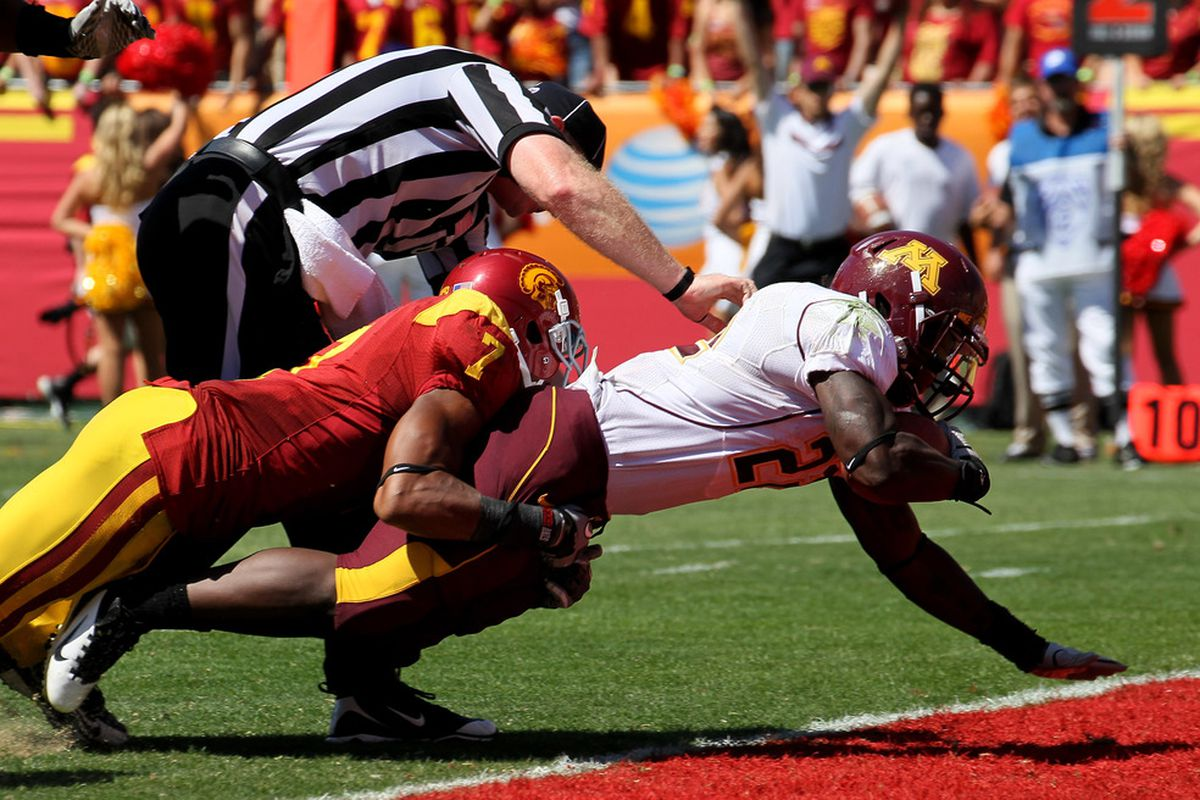 LOS ANGELES - SEPTEMBER 3:  Duane Bennett #22 of the Minnesota Golden Gophers dives in for a touchdown.  USC won 19-17. (Photo by Stephen Dunn/Getty Images)