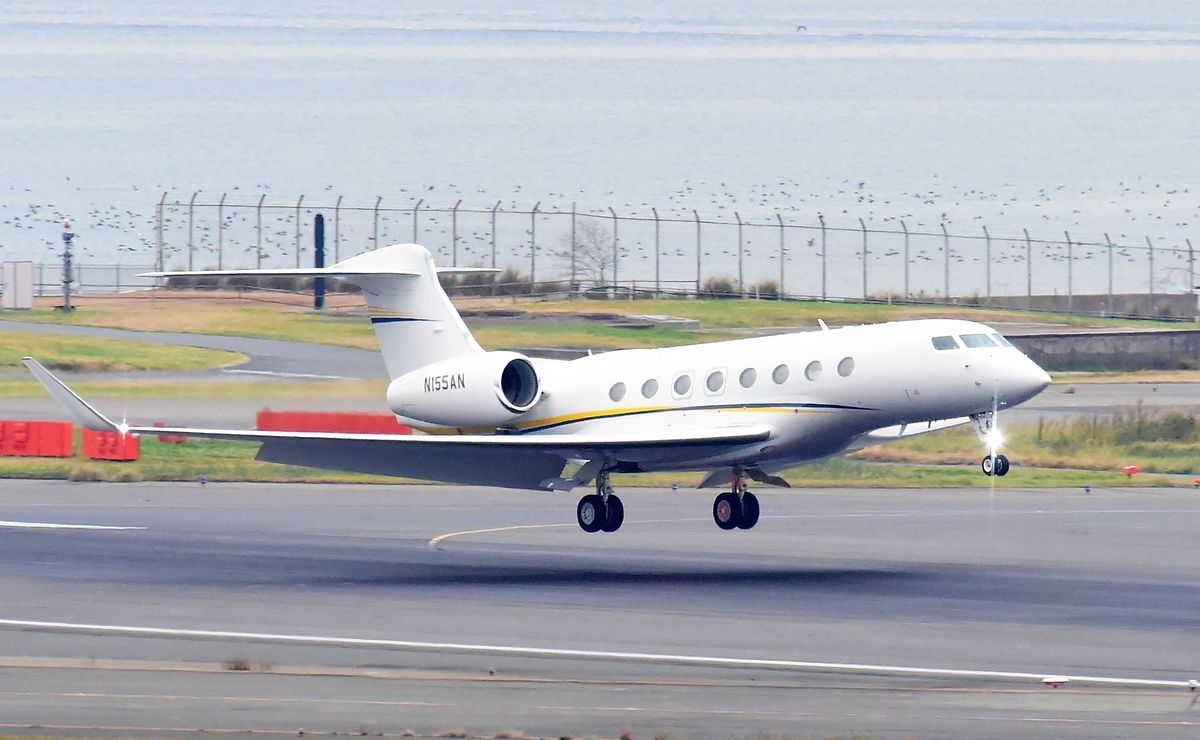 Nissan-owned Jet Arrives At Haneda Airport