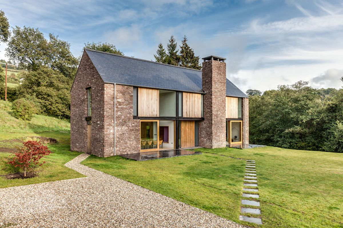 """All photos by <a href=""""http://simoncmaxwell.photoshelter.com/"""">Simon Maxwell</a> via <a href=""""http://www.dezeen.com/2015/07/30/martin-hall-kelly-bednarczyk-nook-sandstone-clad-house-resemble-local-barns-monmouthshire-wye-valley-wales/"""">Dezeen</a>"""