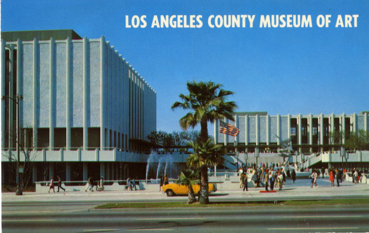 A color postcard of the front of a museum complex with dozens of people milling about.