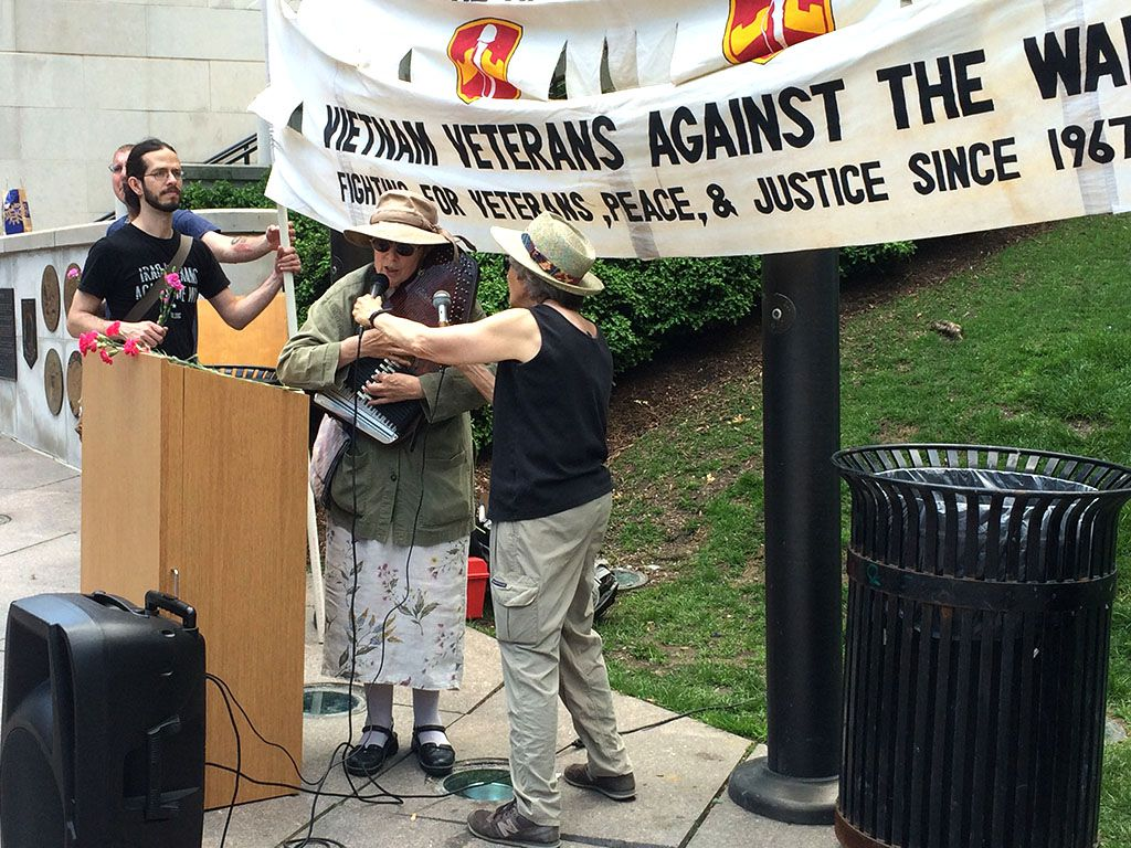 Folk singer and puppeteer Margaret Nelson provided music for the opening and closing of the Vietnam Veterans Against the War ceremony Monday. | Virginia Barreda/Sun-Times