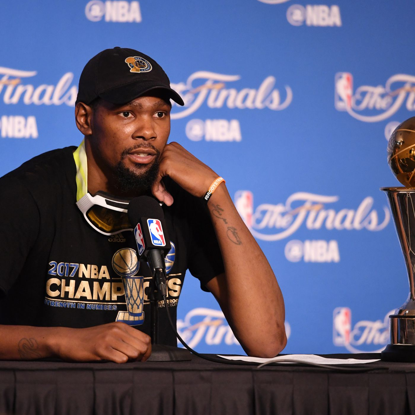 787cbe4eb870 Kevin Durant s alleged burner accounts are incredibly lame and totally  understandable. New ...