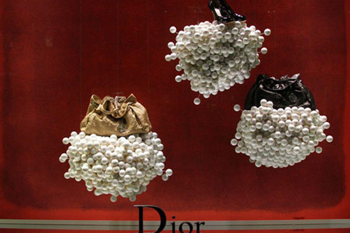 "Dior's ping-pong ball windows via <a href=""http://modelizing.blogspot.com/2010/07/christian-dior.html?utm_source=feedburner&amp;utm_medium=feed&amp;utm_campaign=Feed%3A+Modelizing+%28Modelizing%29&amp;utm_content=Google+Reader"">Modelizing</a>"