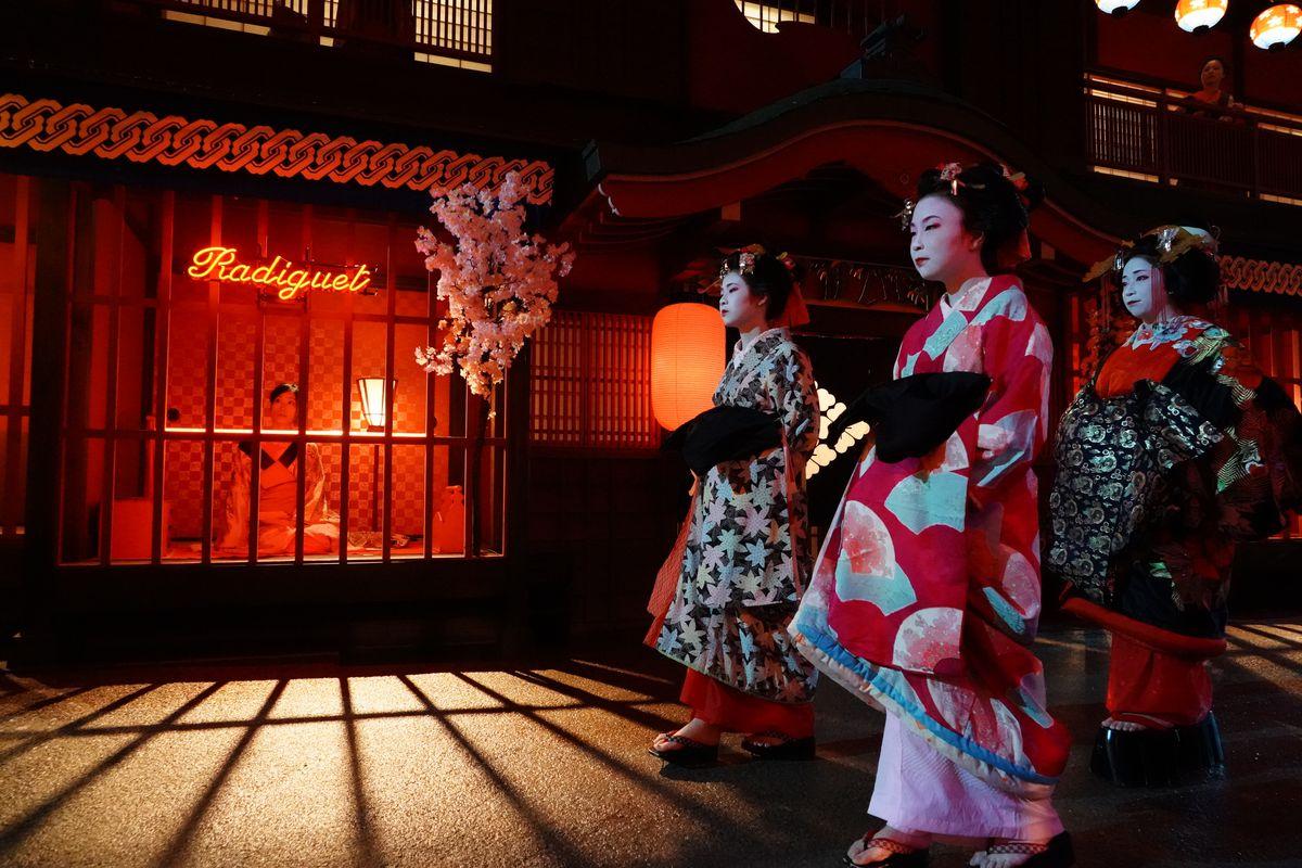Prisoners of the Ghostland: Geishas walk down the street