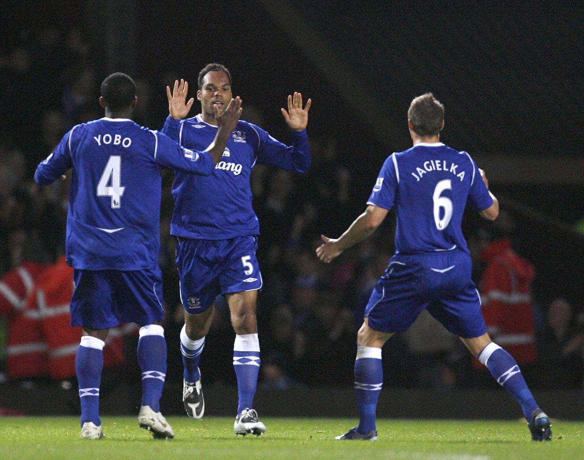 Everton's defender Joleon Lescott (C) ce