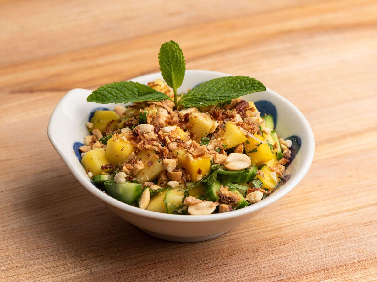 Mango, cucumber, and mint salad at Bé Ù.