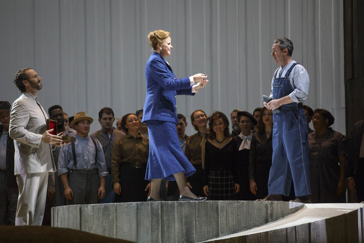 """Susan Graham, as Queen Dido, presents awards to the workers of Carthage in """"Les Troyens"""" at Lyric Opera of Chicago. (Photo: Todd Rosenberg Photography)"""