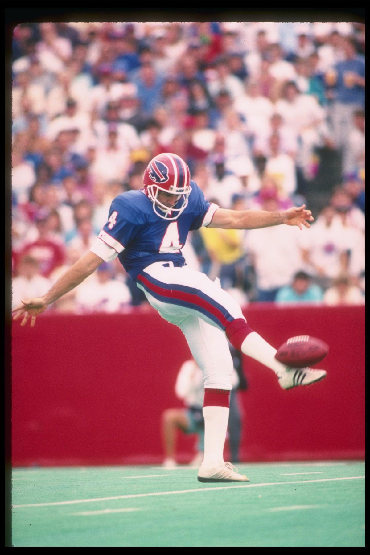 John Kidd punting for the Buffalo Bills | Photo: Rick Stewart/Allsport