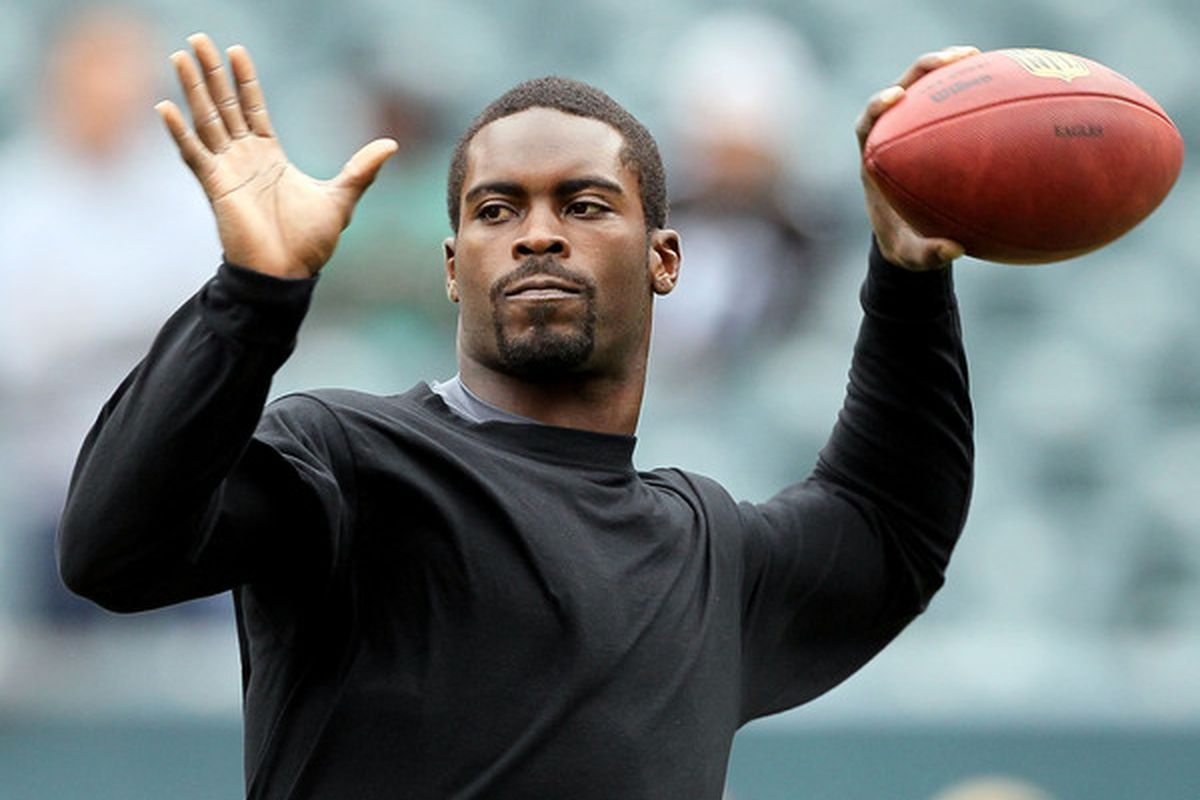 PHILADELPHIA - OCTOBER 03:  Michael Vick #7 of the Philadelphia Eagles warms up before playing against the Washington Redskins on October 3 2010 at Lincoln Financial Field in Philadelphia Pennsylvania.  (Photo by Jim McIsaac/Getty Images)