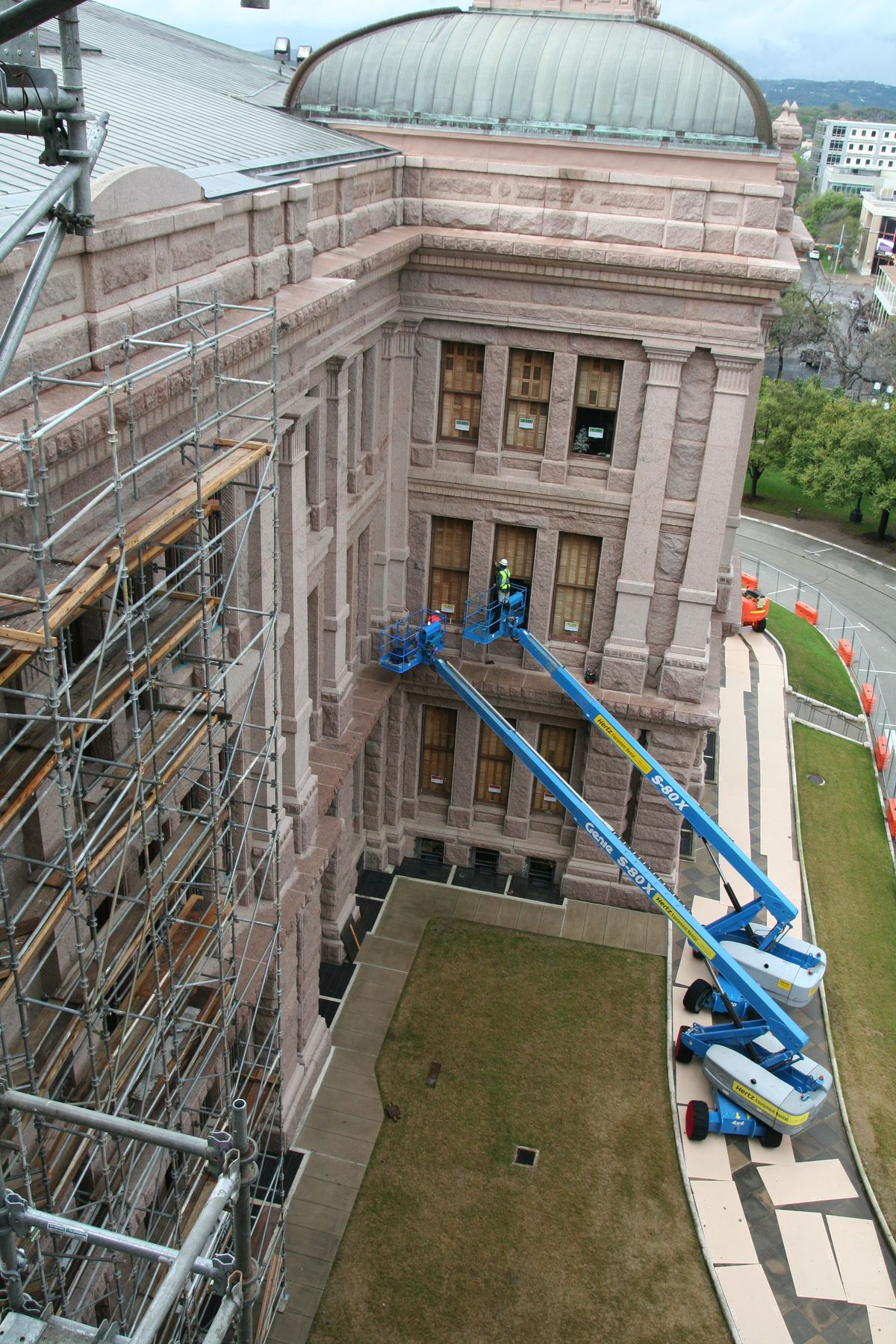 Capitol, scaffolding, cherry pickers