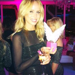 """Elin Kling with her """"Sexiest Cyber Star"""" award"""