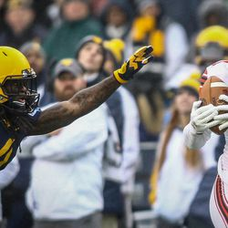 Utah Utes wide receiver Raelon Singleton (11) hauls in a pass at the Zaxby's Heart of Dallas Bowl between the Utah Utes and the West Virginia Mountaineers in Dallas Texas on Tuesday, Dec. 26, 2017.