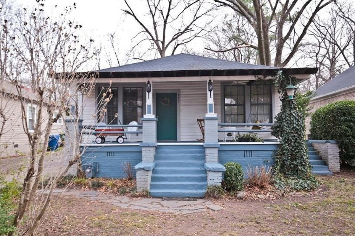 In Atlanta's Howell Station, here's once instance of a pillared front porch and a blue foundation looking a-okay.