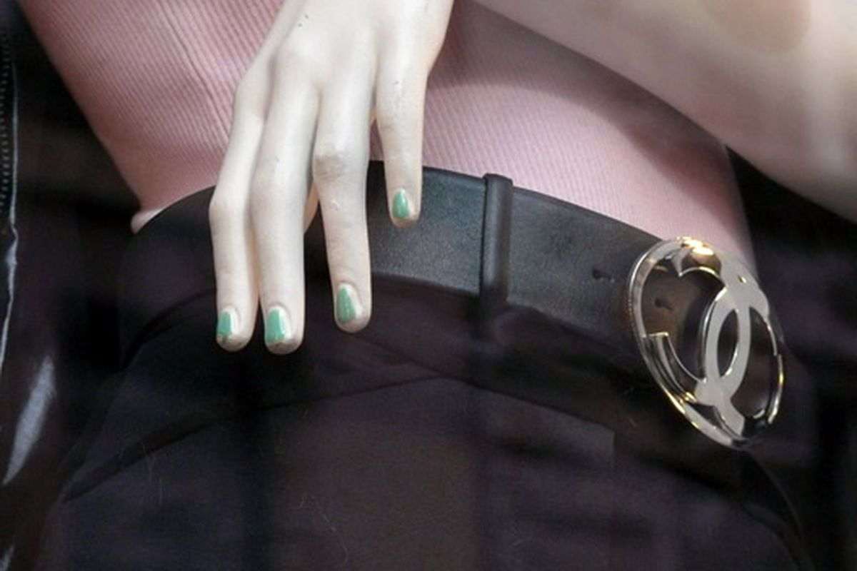 "Jade nails at Chanel via <a href=""http://modelizing.blogspot.com/2009/10/phi-diesel-chanel-eres-x-soho.html"">Modelizing</a>"